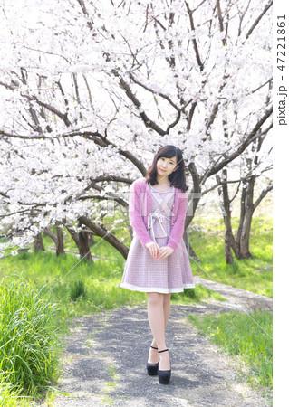 若い女性と桜 47221861