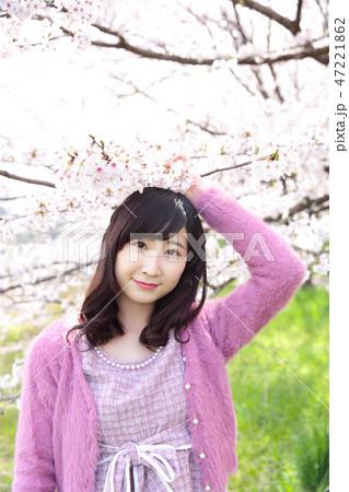 若い女性と桜 47221862