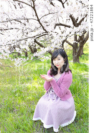 若い女性と桜 47221864
