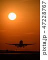 夕日をバックに離陸する航空機 47228767