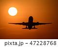 夕日をバックに離陸する航空機 47228768