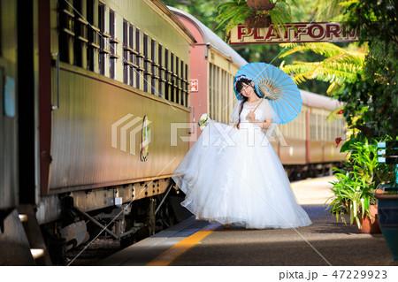 キュランダ駅構内でロケ撮を楽しむブライドさん 47229923