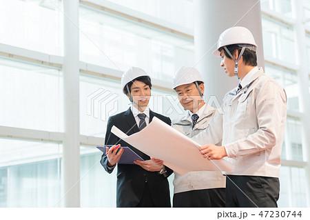 ビジネスマン、ゼネコン、建設業、ヘルメット、打ち合わせ、検査 47230744