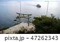 琵琶湖・竹生島かわらけ投げの鳥居と遊覧船 47262343