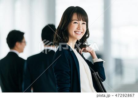 ビジネスシーン 若い女性 47292867