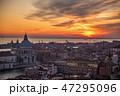 ヴェネツィア サン・マルコ広場の鐘楼からの夕陽に染まるサンタ・マリア・デッラ・サルーテ教会と市街地 47295096