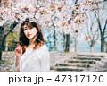 女性 1人 花の写真 47317120