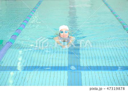 プールに通う50代女性 47319878