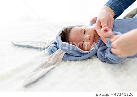 ニューボーンフォト うさぎの着ぐるみを着た赤ちゃん 47341226