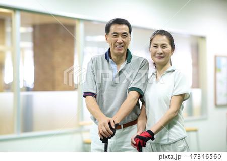 ゴルフの練習をする男女 47346560