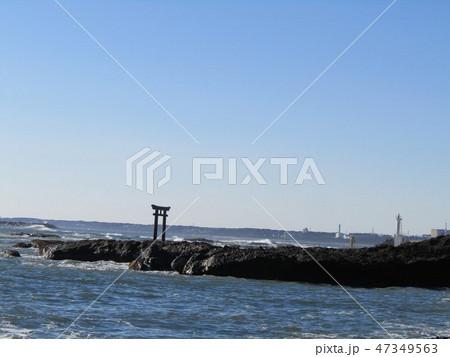 正月の大洗海岸の鳥居と波 47349563