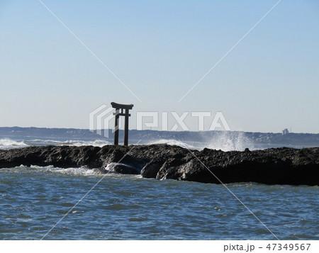 正月の大洗海岸の鳥居と波 47349567