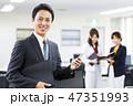 オフィス スマホ 男性の写真 47351993