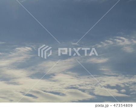 稲毛海岸の青空と白い雲 47354809