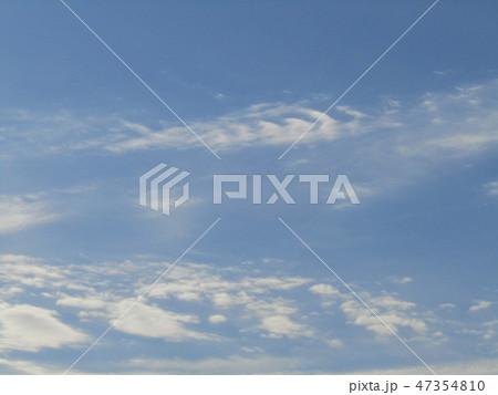稲毛海岸の青空と白い雲 47354810