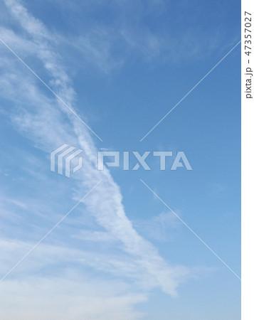 検見川浜での飛行機雲と青空 47357027