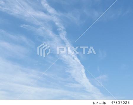 検見川浜での飛行機雲と青空 47357028