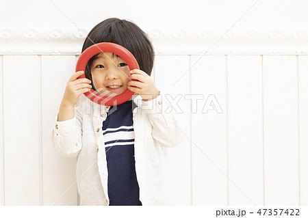男の子 白バック 3歳児 47357422
