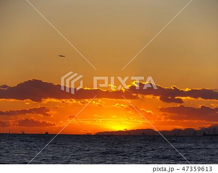 稲毛海岸から見た夕日が沈むときの夕焼け 47359613