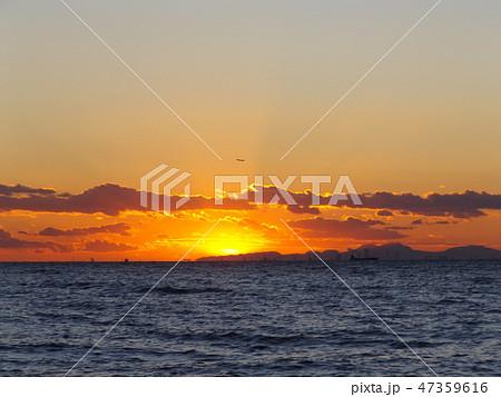 稲毛海岸から見た夕日が沈むときの夕焼け 47359616