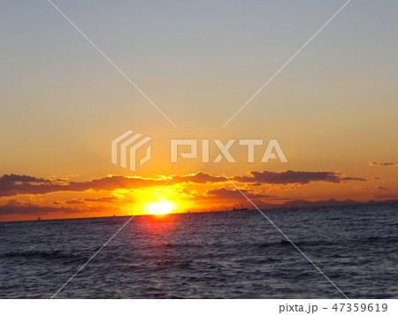 稲毛海岸から見た夕日が沈むときの夕焼け 47359619