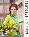 女性 自転車 花の写真 47391541