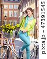 女性 自転車 花の写真 47391545