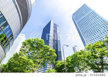 高層ビルを見上げるオフィス街の風景 47391680