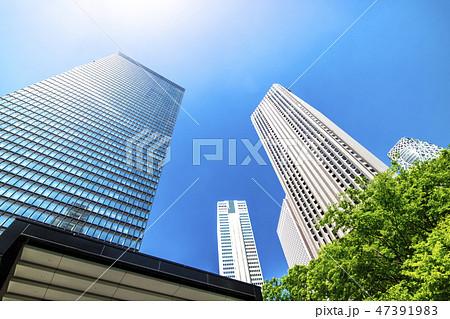 高層ビルを見上げるオフィス街の風景 47391983