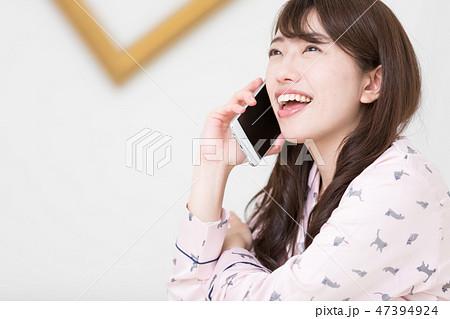ベッドの上の女性 47394924