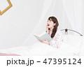 ベッド 1人 本の写真 47395124