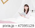 女性 ベッド パジャマの写真 47395129