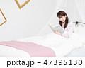女性 ベッド パジャマの写真 47395130