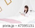 ベッド 1人 本の写真 47395131