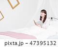 女性 ベッド パジャマの写真 47395132