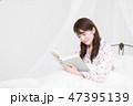 女性 ベッド パジャマの写真 47395139
