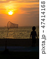夕陽 子供 虫取り網 水辺 47414168
