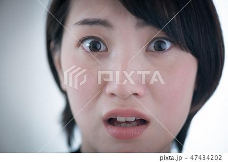 怯えた表情の若い日本人女性 47434202