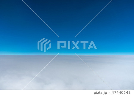 飛行機の窓から見た、紺碧の空の地平線 47440542