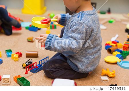 散らかった部屋でおままごとをする子供 47459511