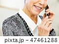 スマホを持つシニア女性 47461288