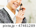スマホを持つシニア女性 47461289