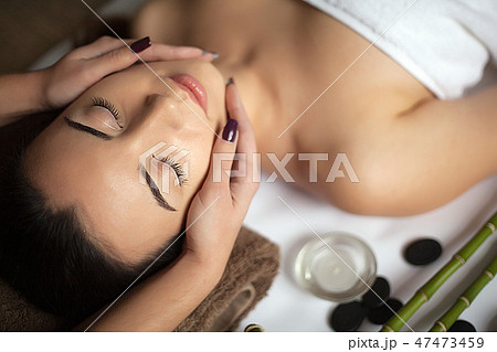 Masseur doing massage on woman body in the spa salon. Beauty treatment concept. 47473459