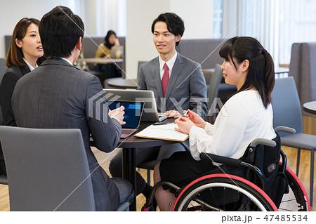 日本ユニバーサルマナー協会監修素材 障害者 車椅子 ビジネス 47485534