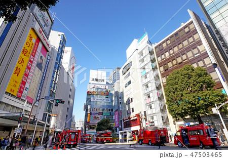 日本の東京都市景観 渋谷東急本店前のビル火事で集結した消防車=2019年1月14日 47503465
