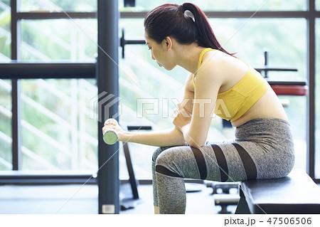 b9b7dcdc6c49f 女性 フィットネスジム スポーツウェアの写真素材 [47506506] - PIXTA