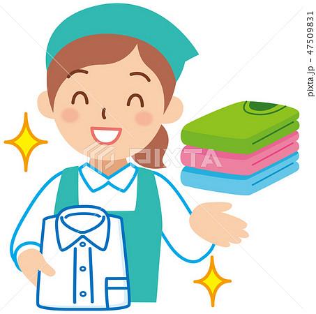 服を整頓する女性スタッフ 47509831