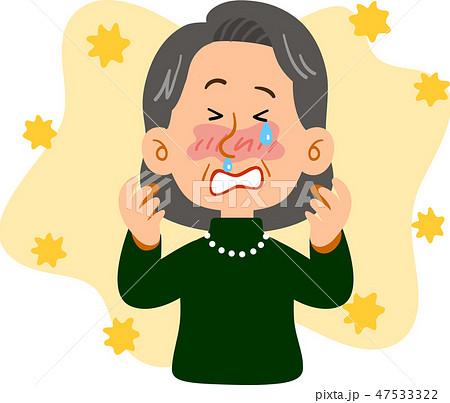 花粉症に苦しむ上品なシニアの女性 47533322