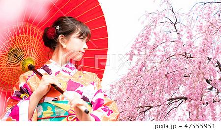 桜と着物の女性 47555951