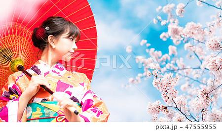 桜と着物の女性 47555955